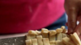 烹调健康食品和做面团的厨师在厨房里 影视素材