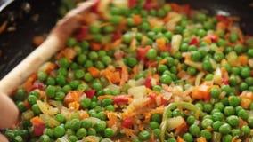 烹调健康食品的厨师在厨房里 影视素材