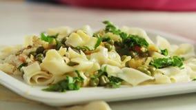 烹调健康食品的厨师在厨房里 股票录像