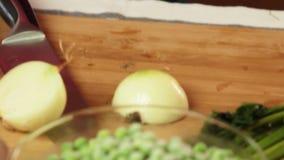 烹调健康食品的厨师在厨房里 股票视频