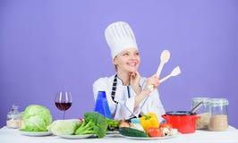 烹调健康食品的妇女厨师 烹调的膳食新鲜蔬菜成份 食家主菜食谱 烹调是 免版税库存图片