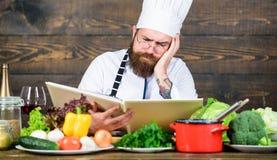 烹调健康食品的食谱 素食食谱 烹调优秀盘的老练的厨师 这份食谱是公正完善的 库存图片