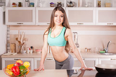 烹调健康食物的健身女孩 库存照片