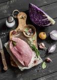 烹调健康食物-肉、红叶卷心菜、香料和草本 原始的成份 库存照片
