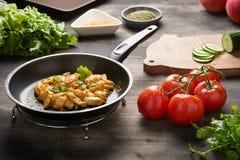 烹调健康鸡丁沙拉 免版税库存照片