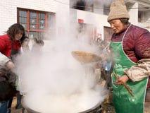 烹调农村的面条是妇女 免版税库存照片