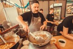 烹调准备泰国食物用香料和菜在一个巨大的铁锅 免版税库存照片