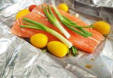 烹调准备的原始的鲑鱼排 免版税库存图片
