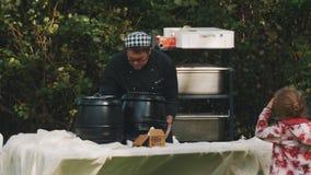 烹调厨师在野餐桌上装配锅炉户外 漫游的孩子 影视素材