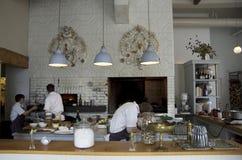 烹调厨师的餐馆厨房 图库摄影