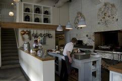 烹调厨师的餐馆厨房 库存照片