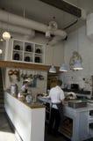 烹调厨师的餐馆厨房 免版税库存照片