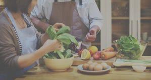 烹调厨房准备晚餐概念的家庭 免版税库存图片