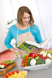 烹调厨房读取妇女的菜谱 免版税库存照片