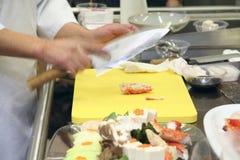 烹调厨房餐馆的主厨 免版税库存照片