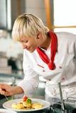 烹调厨房餐馆的主厨 免版税图库摄影