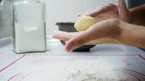 烹调可口乳酪蛋糕、形式从面团,酸奶干酪和面粉的妇女特写镜头 股票视频