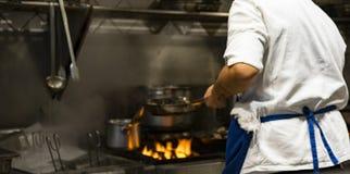 烹调可口板材的苦干者国际厨师在希腊餐馆 图库摄影