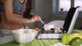 烹调可口比利时蓝莓奶蛋烘饼早餐的一名运动的妇女早晨在厨房里 影视素材