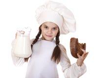 烹调和人概念-一白色围裙holdin的小女孩 免版税库存图片