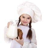 烹调和人概念-一白色围裙holdin的小女孩 免版税图库摄影