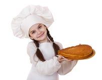 烹调和人概念-厨师帽子的微笑的小女孩 免版税库存照片