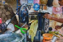 烹调和卖印度` s普遍的芦苇汁液 库存照片
