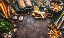 烹调和吃概念的健康根菜类 与刀子和罐的各种各样的菜在黑暗的厨房用桌背景,上面 免版税库存图片