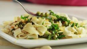 烹调和品尝健康食品的厨师在厨房里 股票录像