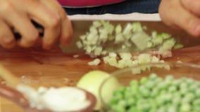 烹调和品尝健康食品的厨师在厨房里 股票视频