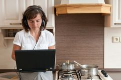 烹调和工作从家 图库摄影