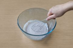烹调和混合在碗准备奶油 图库摄影