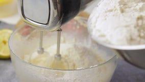 烹调和混合的奶油 股票视频