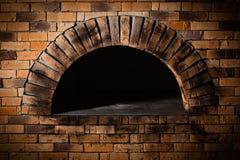 烹调和烘烤的薄饼的一个传统烤箱。 库存图片