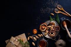 烹调和装饰圣诞节饮料,干橙色切片和 免版税图库摄影