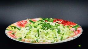 烹调圆白菜和新鲜的大葱录影  影视素材