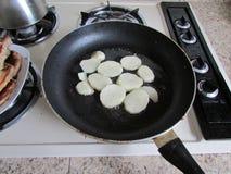 烹调土豆 库存图片