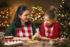 烹调圣诞节曲奇饼的家庭 库存照片