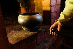 烹调在一个典型的俄国火炉 库存照片