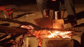 烹调在一个水壶的膳食在狂放野营的灼烧的营火在夜夜营火 远足冒险野营的旅行 股票录像