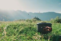 烹调在一个煤气喷燃器的山远足在圆顶硬礼帽aga 库存照片