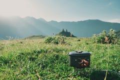 烹调在一个煤气喷燃器的山远足在圆顶硬礼帽aga 免版税库存图片