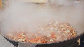 烹调在一口大大锅的龙虾 海鲜的烹饪过程在街道食物节日的 煮沸在大的小龙虾 股票视频