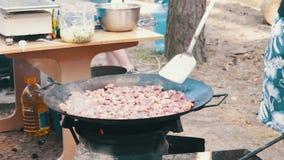 烹调在一口大锅的肉在开火户外 影视素材