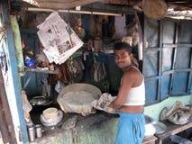 烹调在加尔各答街道上的人  免版税库存图片