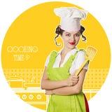 烹调在厨房屋子的可爱的妇女厨师 库存照片
