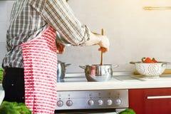 烹调在厨房的人 免版税库存照片