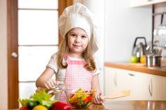 烹调在厨房的儿童女孩 免版税库存照片