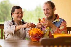 烹调在厨房的夫妇 免版税库存图片