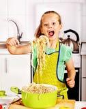 烹调在厨房的孩子。 免版税库存图片